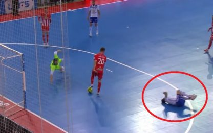 Il difensore è ko, l'attaccante rinuncia al gol