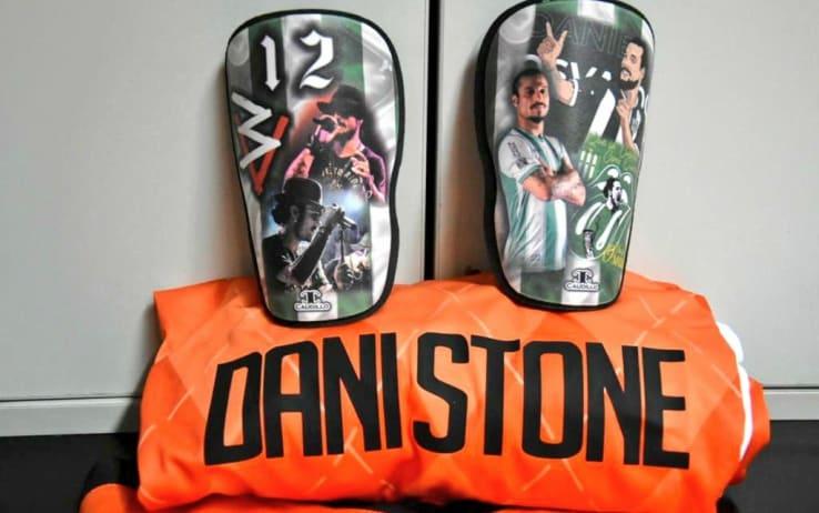La maglia e i parastinchi di Osvaldo (foto da twitter @CAB_oficial)