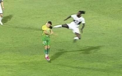Follia Adebayor: calcio volante ad un avversario