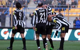 ***** Collection Juventus *****LECCE 17/12/00CALCIOLECCE- JUVENTUSNELLA FOTO : ESULTANZA DELLA JUVENTUS DOPO IL GOL©LAPRESSE/SANDRO FALZONE
