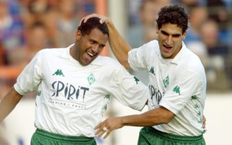 BOC05 - 20020929 - BOCHUM, GERMANY : Werder Bremen's Paul Stalteri (R) and Ailton cheer after the latter scored the second goal during their German Bundesliga match against VfL Bochum on Sunday, 29 September 2002, in Bochum.F EPA PHOTO DPA/ROLAND WEIHRAUCH/rw gr ms