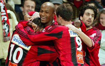 Rennes, FRANCE:  Rennes's forward Olivier Monterrubio (C) is congratulates by his teammates (from L) Toifilou Maoulida, Swiss Alexander Frei, and Arnaud Lelan after scoring a goal during their French Cup football match, 12 February 2005 at the Route de Lorient stadium in Rennes.  AFP PHOTO VALERY HACHE  (Photo credit should read VALERY HACHE/AFP via Getty Images)