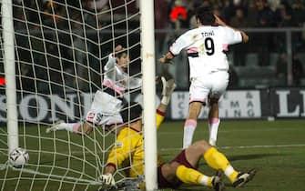 ©Stefano D'Errico / LaPresse06-03-2005 LivornoSport CalcioLivorno Palermo campionato serie A 2004 2005Nella foto IL GOL DELL'1-0 DI LUCA TONI