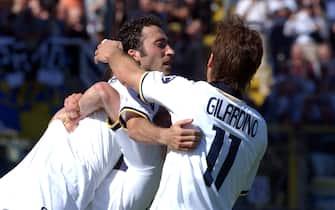 Copyright di Silvio Marvisi/La Presse08-05-2005 ParmaSport CalcioParma-Roma Campionato serie A 2004-2005ESULTA IL PARMA PER IL GOAL DI MORFEO QUI ABBRACCIATO DA GILARDINO