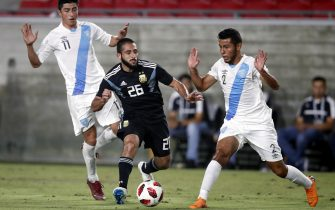 epa07004779 Argentinian player Matias Vargas (C) in action against  Guatemalan players Cristian Jimenez (R) and Frank De Leon (L) in the second half of their international friendly match at the Los Angeles Coliseum in Los Angeles, California, USA, 07 September 2018.  Argentina won the game.  EPA/MIKE NELSON
