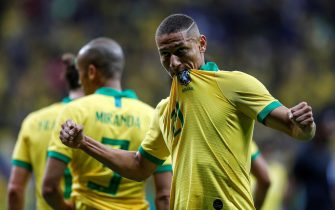 epa07628803 Brazil's Richarlison (R) celebrates after scoring during a friendly soccer match between Brazil and Qatar at Mane Garrincha stadium in Brasilia, Brazil, 05 June 2019.  EPA/ANTONIO LACERDA