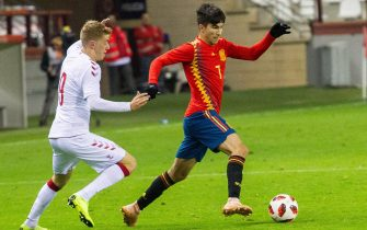epa07165677 Spain's Carlos Soler (R) in action against Denmark's Andreas Poulsen (L) during the Under-21 friendly soccer match between Spain and Denmark in Logrono, northern Spain, 14 November 2018.  EPA/RAQUEL MANZANARES