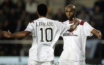 Sevilla 's  French Frederik Kanoute  (R) celebrates his goal with Brazilian Luis Fabiano  during their Spanish league football match at   Madrigal Stadium in Valencia  11 November  2007.AFP PHOTO/Diego Tuson (Photo credit should read DIEGO TUSON/AFP via Getty Images)