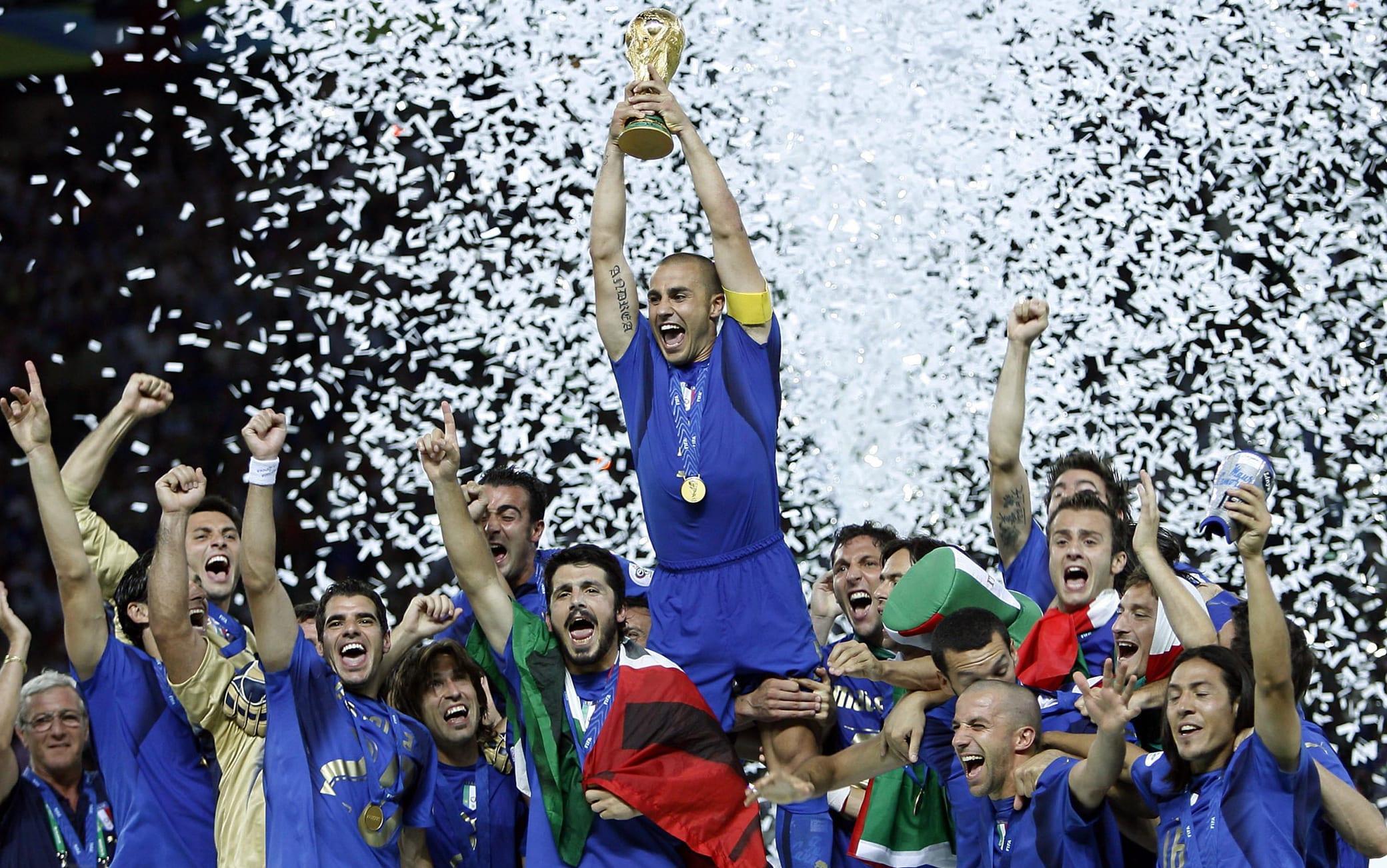 20060709 - BERLINO - SPR - MONDIALI: CANNAVARO SOLLEVA LA COPPA DEL MONDO. Il capitano della Nazionale, Fabio Cannavaro, alza al cielo la Coppa del Mondo, tra i compagni di squadra, al termine della finale del Mondiale 2006 tra Italia a Francia, oggi all'Olympiastadion di Berlino. L'Italia ha vinto il titolo mondiale. In finale ha battuto la Francia 6-4 dopo i rigori. I tempi regolamentari e i supplementari si erano conclusi 1-1. +++ Mobile Services OUT +++ Please refer to FIFA's Terms and Conditions +++ DANIEL DAL ZENNARO - ANSA - KRZ