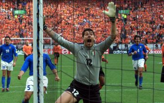 NL02 - 20000629 - AMSTERDAM, NETHERLANDS : Italian goalkeeper Francesco Toldo jubilates after saving a penalty by Dutch Frank De Boer (r) during the Euro 2000 semi final between Italy and the Netherlands in Amsterdam Thursday 29 June 2000. (DIGITAL IMAGE) EPA PHOTO ANP/PAUL VREEKER