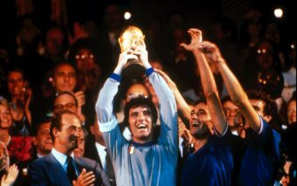 Sandro Girella/LaPresse11-07-1982 Madrid, SpagnaCalcioCampionati mondiali di calcio 1982Italia-GermaniaNella foto: il capitano Dino Zoff alza la coppa al cielo.