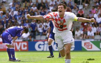 BEA32-19980620-NANTES: Croatian forward Davor Suker (C) jubilates after scoring the 1-0 lead for his team 20 June at Beaujoire stadium in Nantes, western France, during the 1998 Soccer World Cup group H first round match between Japan and Croatia. Croatia won 1-0.   (ELECTRONIC IMAGE)   EPA PHOTO/AFP/JACQUES DEMARTHON