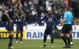 Tottenham Hotspur's Peter Crouch (left) and Jermain Defoe (centre) argue with referee Phil Dowd
