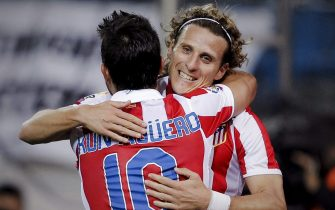 epa02446008 Atletico Madrid's striker Sergio Aguero (L) celebrates with Uruguayan team mate Diego Forlan (R) after scoring against Osasuna during their Spanish Primera Division soccer match played at the Vicente Calderon stadium in Madrid,Spaibn on 13 November 2010.  EPA/EMILIO NARANJO