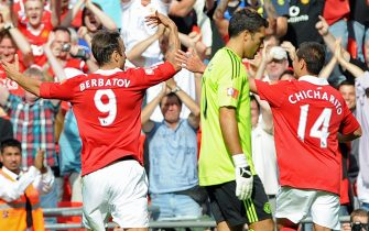 epa02278151 Manchester United's Dimitar Berbatov (L) celebrates scoring their third goal against Chelsea with Javier 'Chicharito' Hernandez (R) as Chelsea goalkeeper Henrique Hilario (C) hangs his head during the Community Shield match at Wembley Stadium, London, England, Britain, 08 August 2010. Manchester United won 3-1.  EPA/GERRY PENNY