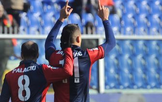 I giocatori del Genoa Rodrigo Palacio (s) e Bosko Jankovic (d) dopo i gol, questo pomeriggio 5 febbraio 2012 allo stadio Luigi Ferraris di Genova.-ANSA/LUCA ZENNARO-