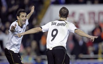 epa03068015 Valencia CF's striker Roberto Soldado (R) celebrates with his team mate Jonas (L) his scoring against UD Levante, during their Spanish King's Cup quarterfinals first leg soccer match at the Mestalla stadium in Valencia, Spain, 19 January 2012.  EPA/MANUEL BRUQUE