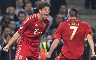 epa03163052 Mario Gomez (L) of Bayern Munich celebrates after scoring the opening goal with his teammate Franck Ribery (R) during their UEFA Champions League quater final soccer match at the Velodrome stadium, in Marseille, France, 28 March 2012.  EPA/GUILLAUME HORCAJUELO