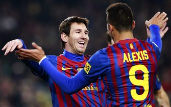 epa03061299 FC Barcelona's Argentinian forward Lionel Messi (L) celebrates with his Chilean teammate Alexis Sanchez (R) after scoring the 2-0 lead against Real Betis during the Spanish Primera Division soccer match between FC Barcelona and Betis Sevilla at Camp Nou stadium in Barcelona, Catalonia, northeastern Spain, 15 January 2012.  EPA/TONI GARRIGA