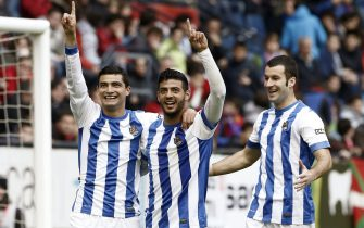 epa04147446 Real Sociedad's Uruguayan midfielder Chory Castro (L) celebrates with his team mates Carlos Vela (C) and Imanol Agirretxe (R) after scoring a goal during the Spanish Primera Division match between Osasuna and Real Sociedad at El Sadar stadium in Pamplona, Navarre region, northern Spain, 30 March 2014.  EPA/JESUS DIGES