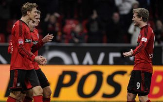 epa03492965 Leverkusen's goal scorer Stefan Kiessling (L-R) celebrates his 1-0 goal with teammates Dani Carvajal, Lars Bender and Andre Schuerrle during the Bundesliga soccer match between Bayer Leverkusen and FC Nuremberg at BayArena in Leverkusen, Germany, 01 December 2012.