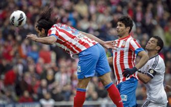 epa03679237 Atletico Madrid's Colombian striker Radamel Falcao (L) scores the opening goal as his team-mate Diego Costa (C) and Real Madrid's Portuguese defender Kleper Laveran 'Pepe' (R) looks on during their Spanish Liga's Primera Division match at Vicente Calderon stadium in Madrid, central Spain, 27 April 2013.  EPA/EMILIO NARANJO