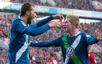 epa04619441 Wolfsburg's Bas Dost (L) celebrates with Kevin De Bruyne his second score to 3-0 at the German Bundesliga soccer match between Bayer Leverkusen and VfL Wolfsburg in the BayArena in Leverkusen, Germany, 14 February 2015. 