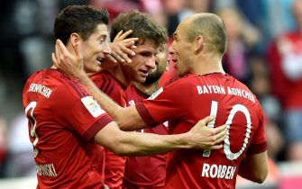 epa05015619 Munich's Robert Lewandowski (L-R) celebrates his 3-0 goal with teammates Thomas Mueller and Arjen Robben during the German Bundesliga soccer match between Bayern Munich and VfB Stuttgart in Munich, Germany, 07 November 2015.  EPA/ PETER KNEFFEL (EMBARGO CONDITIONS - ATTENTION - Due to the accreditation guidelines, the DFL only permits the publication and utilisation of up to 15 pictures per match on the internet and in online media during the match)