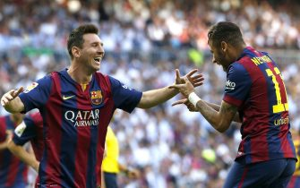epa04463331 FC Barcelona's Brazilian striker Neymar jr (R) jubilates with his teammate, Argentinian striker Lionel Messi (L) his goal against Real Madrid during their Primera Division soccer match played at Santiago Bernabeu stadium in Madrid, Spain on 25 October 2014.  EPA/Chema Moya