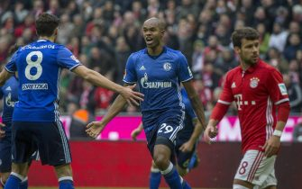 epa05770641 Schalke's Naldo (C) celebrates with team-mate Leon Goretzka (L) after scoring the 1-1 goal during the German Bundesliga soccer match between FC Bayern Munich and FC Schalke 04, in Munich, Germany, 04 February 2017.  EPA/MARC MUELLER (EMBARGO CONDITIONS - ATTENTION: Due to the accreditation guidlines, the DFL only permits the publication and utilisation of up to 15 pictures per match on the internet and in online media during the match.)