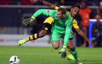epa05484790 Manuel Neuer, goalkeeper of Bayern Munich (front) and Pierre-Emerick Aubameyang of Dortmund in action during the German DFL Super Cup match between Borussia Dortmund and Bayern Munich in Dortmund, Germany, 14 August 2016.  EPA/Ina Fassbender      (EMBARGO CONDITIONS - ATTENTION: Due to the accreditation guidlines, the DFL only permits the publication and utilisation of up to 15 pictures per match on the internet and in online media during the match.)