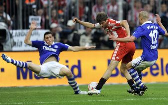 epa02711036 Munich's Thomas Mueller (C) scores the 4-1 lead against Schalke's Peer Kluge (R) during the German?Bundesliga soccer match between FC Bayern Munich and FC Schalke 04 in Munich, Germany, 30 April 2011. Bayern won 4-1.