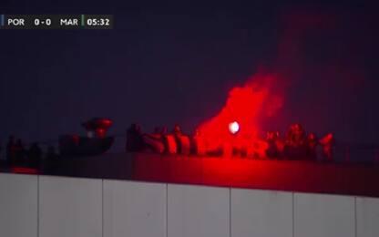 Porte chiuse? Tifosi Porto sul tetto dello stadio