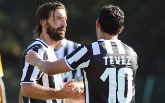 Argentinian forward Carlos Tevez (R) shakes hand with Italian midfielder Andrea Pirlo during the traditional friendly soccer match Juventus A vs Juventus B in Villar Perosa, Italy, 11 August 2013.