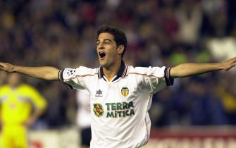 V08-20000405-VALENCIA, SPAIN: Valencia player Gerard L—pez celebrates the fourth goal for his team during the UEFA Champions League quarterfinal match against Lazio Rome, Wednesday 05 April 2000 in the Mestalla stadium in Valencia.      ***ELECTRONIC IMAGE*** EPA PHOTO/EFE/J.C.CARDENAS/ell-hh