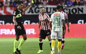 LA PLATA, ARGENTINA - FEBRUARY 17: Referee Leandro Rey Hilfer shows a yellow card to Javier Mascherano of Estudiantes during a match between Estudiantes and Defensa y Justicia as part of Superliga 2019/20 at Jorge Luis Hirschi Stadium on February 17, 2020 in La Plata, Argentina. (Photo by Rodrigo Valle/Getty Images)