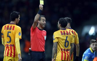 epa04985881 A referee shows a yellow card to Dani Alves (C-R) of FC Barcelona during the UEFA Champions League qualifying soccer match between FC BATE Borisov and FC Barcelona in Borisov, Belarus, 20 October 2015.  EPA/TATYANA ZENKOVICH