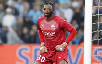 epa07127800 Goalkeeper Steve Mandanda of Olympique Marseille in action during the French League 1 soccer match between the Olympique de Marseille (OM) and the Paris Saint Germain (PSG) at the Velodrome Stadium in Marseille, France, 28 October 2018.  EPA/SEBASTIEN NOGIER