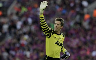 epa02756666 Manchester United's goalkeeper Edwin van der Sar acknowledges fans prior to the UEFA Champions League final between FC Barcelona and Manchester United at the Wembley Stadium, London, Britain, 28 May 2011.  EPA/JONATHAN BRADY
