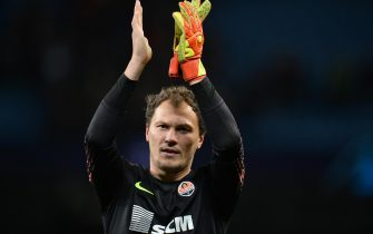 epa08027949 Shakhtar Donetsk's goalkeeper Andriy Pyatov greets supporters at the end of the UEFA Champions League group C soccer match between Manchester City and Shakhtar Donetsk at the Etihad Stadium in Manchester, Britain, 26 November 2019.  EPA/PETER POWELL