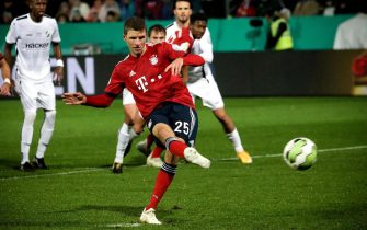 epa07132002 Bayern's Thomas Mueller scores the 2-0 lead from the penalty spot during the German DFB Cup second round soccer match between SV Roedinghausen and FC Bayern Munich in Osnabrueck, Germany, 30 October 2018.  EPA/FOCKE STRANGMANN ATTENTION: The DFB prohibits the utilisation and publication of sequential pictures on the internet and other online media during the match (including half-time).