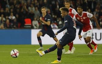 epa07049408 Neymar of Paris Saint Germain converts a penalty during the French Ligue 1 soccer match between Paris Saint Germain and Reims, in Paris, France 26 September 2018.  EPA/ETIENNE LAURENT