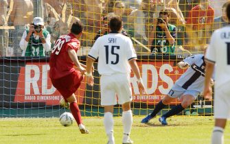 © Silvio Marvisi/La Presse01-05-2005 ParmaSport CalcioParma-Livorno Campionato serie A 2004-2005Nella foto: Il rigore di Lucarelli ripetuto