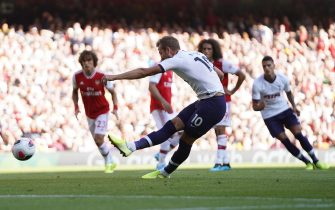 epa07810710 Tottenham's Harry Kane (C) scores the 2-0 lead from the penalty spot during the English Premier League soccer match between Arsenal FC and Tottenham Hotspur in London, Britain, 01 September 2019.  EPA/WILL OLIVER EDITORIAL USE ONLY. No use with unauthorized audio, video, data, fixture lists, club/league logos or 'live' services. Online in-match use limited to 120 images, no video emulation. No use in betting, games or single club/league/player publications