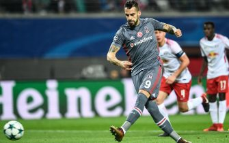 epa06372217 Besiktas Istanbul's Alvaro Negredo scores by penalty the 1-0 goal during the UEFA Champions League group G soccer match between RB Leipzig and Besiktas Istanbul in Leipzig, Germany, 06 December 2017.  EPA/FILIP SINGER