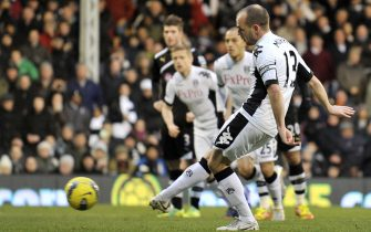 epa03071135 Fulham's Danny Murphy scores from the penalty spot against Newcastle United during an English Premier League soccer match at Craven Cottage in London, Britain, 21 January 2012.   DataCo terms and conditions apply. http//www.epa.eu/downloads/DataCo-TCs.pdf  EPA/ANDY RAIN