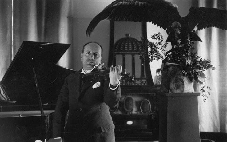 Benito Mussolini mentre suona il violino