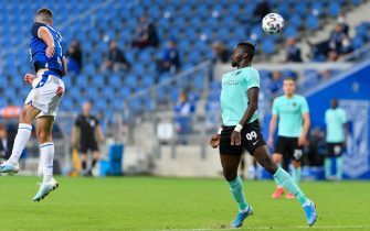 epa08630187 Toluwalase Emmanuel Arokodare (R) of FK Valmiera in action during the UEFA Europa League first round qualifying soccer match Lech Poznan vs. FK Valmiera in Poznan, Poland, 27 August 2020.  EPA/JAKUB KACZMARCZYK POLAND OUT