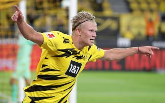 epaselect epa08682189 Dortmund's Erling Haaland celebrtes scoring the third goal during the German Bundesliga soccer match between Borussia Dortmund and Borussia Moenchengladbach in Dortmund, Germany, 19 September 2020.  EPA/FRIEDEMANN VOGEL CONDITIONS - ATTENTION: The DFL regulations prohibit any use of photographs as image sequences and/or quasi-video.
