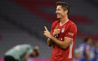 epa08679505 Bayern's Robert Lewandowski celebrates after scoring the 3-0 lead by penalty during the German Bundesliga soccer match between FC Bayern Munich and FC Schalke 04 in Munich, Germany, 18 September 2020.  EPA/LUKAS BARTH-TUTTAS CONDITIONS - ATTENTION: The DFL regulations prohibit any use of photographs as image sequences and/or quasi-video.